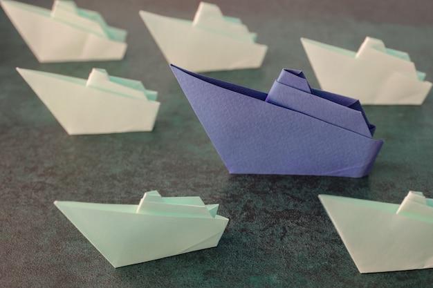 Barcos de papel origami, concepto de liderazgo, tonificación.