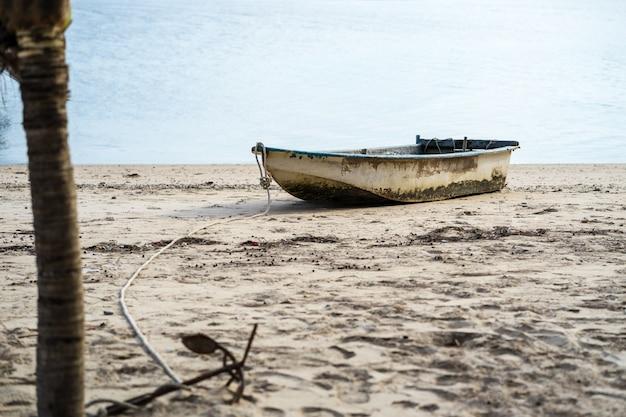 Los barcos de pesca están estacionados en el área de khlong wan. prachuap khiri khan