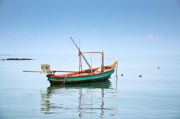 Los barcos de pesca están en el mar y el cielo está despejado.