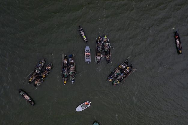 Barcos de pesca, flotando en las tranquilas aguas y yendo a pescar