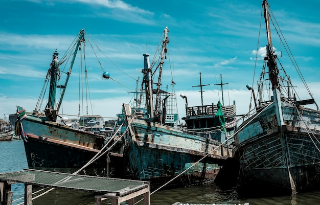 Los barcos de pesca locales atracan en el mar