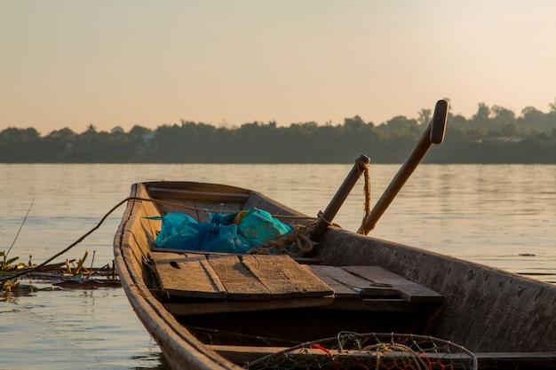 Barcos de pesca de madera en el río mekong.