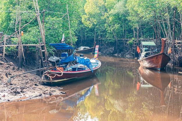 Barcos de pesca en mar y bosque de manglares de tailandia