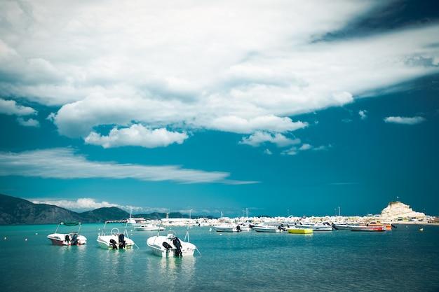 Barcos de pesca en el mar jónico