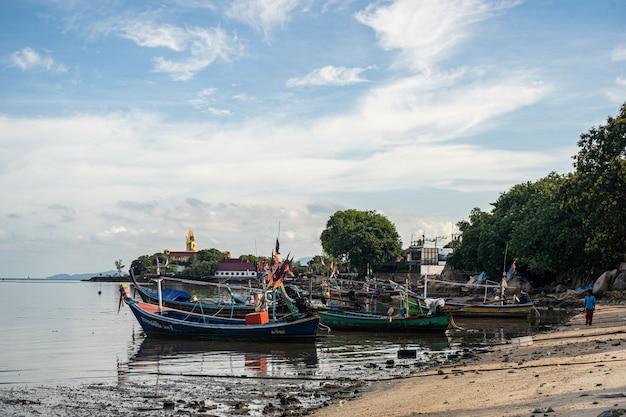 Barcos de pesca en la orilla durante la marea baja de tailandia