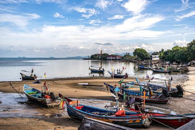 Barcos de pesca en la orilla durante la marea baja. tailandia