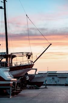 Barcos de pesca en el puerto pesquero.
