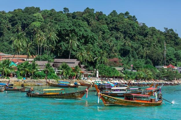Barcos de pesca tailandeses tradicionales envueltos con cintas de colores.