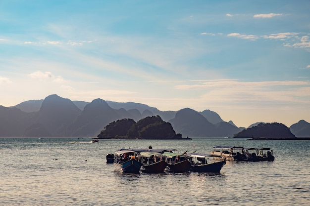 Barcos de pesca tradicionales en langkawi, malasia