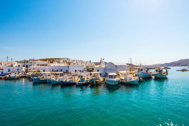 Barcos de pesca y yates atracados en el puerto de naoussa, grecia
