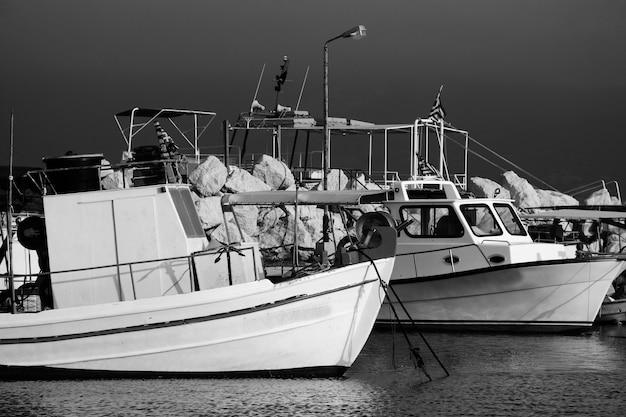 Barcos pesqueros amarrados en el puerto de la ciudad de zante, zakynthos, grecia