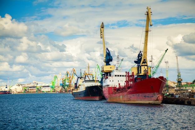 Barcos en el puerto de klaipeda