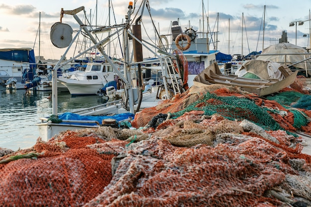 Barcos y redes de pesca en el puerto de la ciudad.