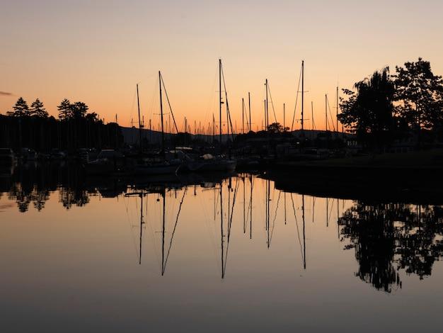 Barcos con reflexiones en el puerto deportivo en vancouver, columbia británica, canadá