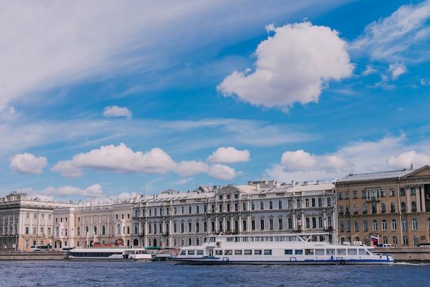 Barcos de río en el río neva, palacio de mármol