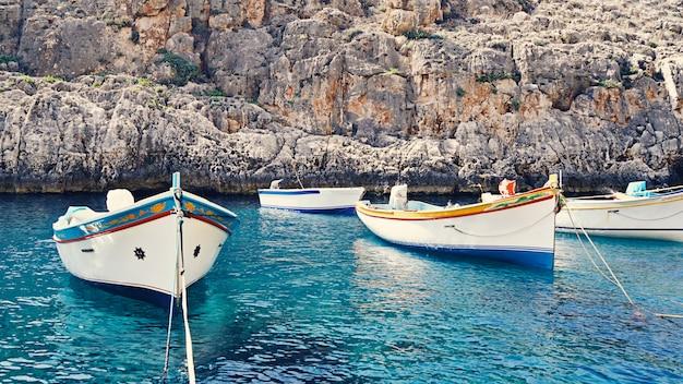 Barcos tradicionales malteses vacíos de luzzu