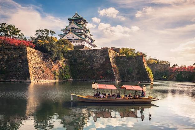Barcos turísticos cerca del templo de osaka en japón