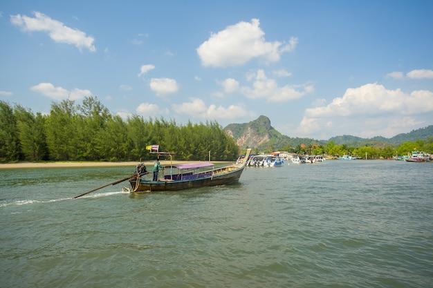 Barcos y barcos de cola larga que se mueven al puerto de nopparat thara en la provincia de krabi tailandia