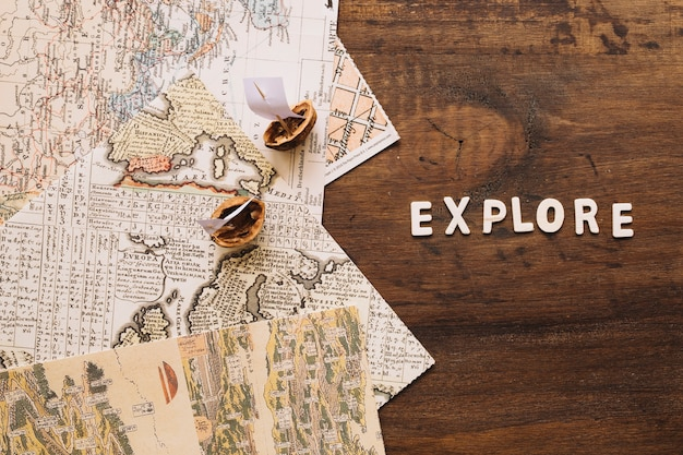 Barcos y mapas de nutshell cerca de explorar escritura