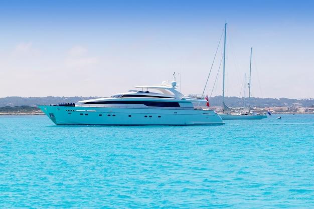 Barcos de yates y veleros ancla en formentera illetas.