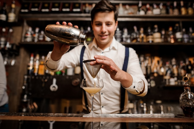 Barender haciendo cóctel en el bar