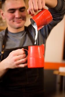 Barista coffee shop camarero camarera pareja delantal concepto