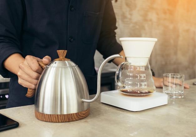 Barista elaborando café, vierta el método, gotee café