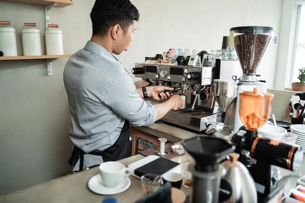 Barista hace café con una cafetera