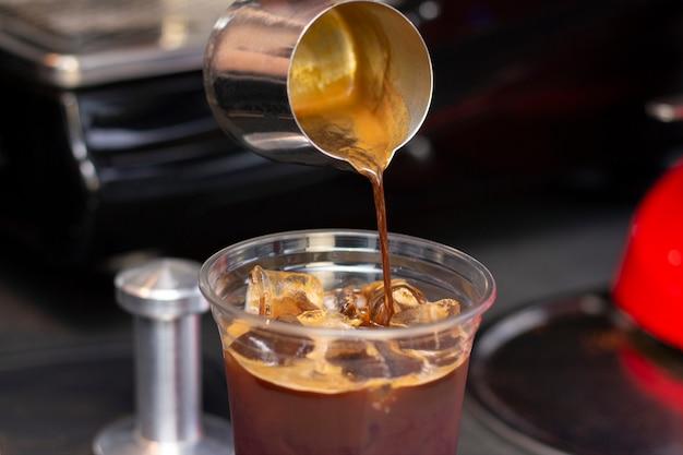 Barista hace espresso en una cafetería café recién molido de cerca