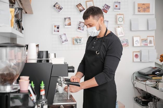 Barista haciendo café caliente en la cafetería