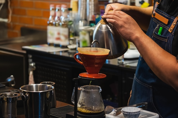 Barista haciendo café de goteo