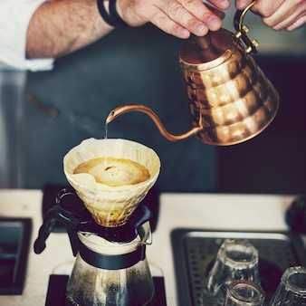 Barista haciendo una taza de cafe