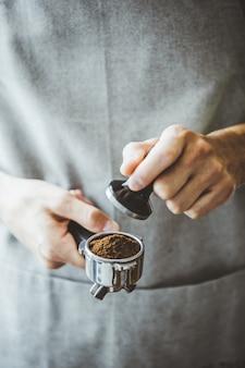 Barista listo para hacer espresso clásico.