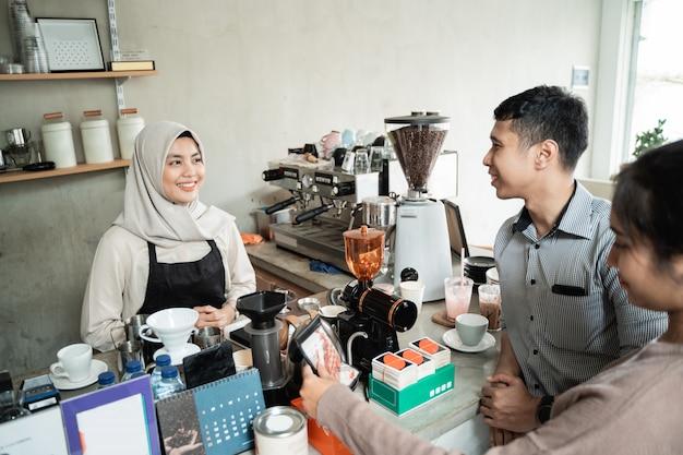 Barista prepara un café para un cliente