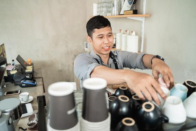 Barista prepara tazas en el estante