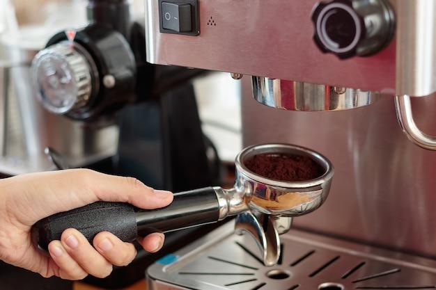 Barista preparando café en una cafetería.