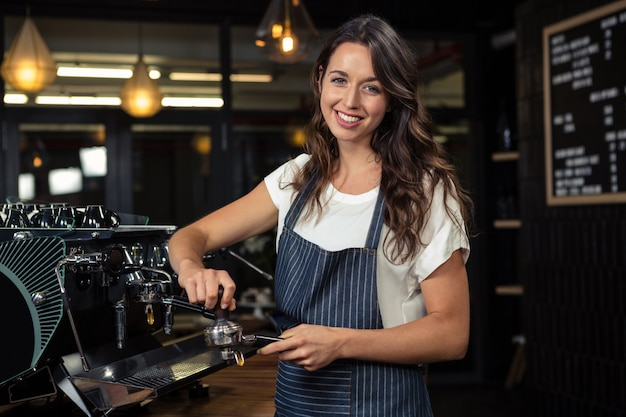 Barista preparando café con máquina