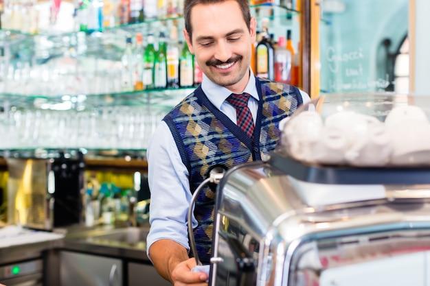 Barista preparando café o espresso en el bar cafetería