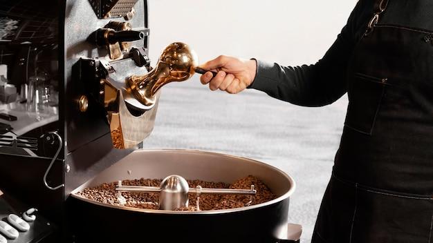 Barista de primer plano con granos de café
