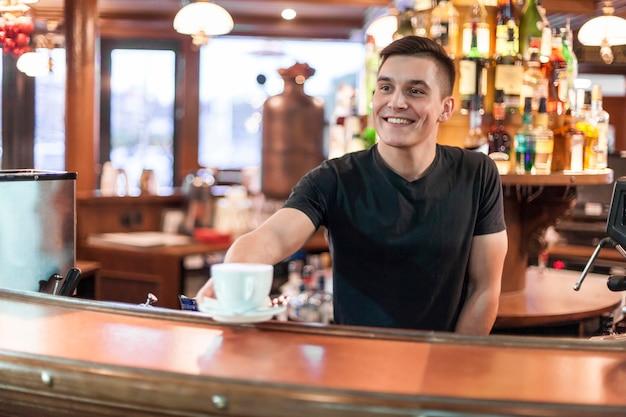Barista sonriente dando café