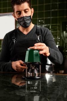Barista de tiro medio haciendo café