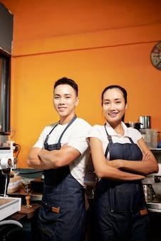 Barista trabajando en cafetería