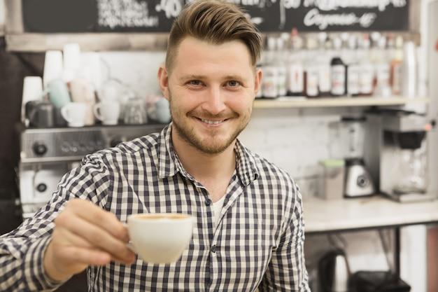 Barista trabajando en su cafetería