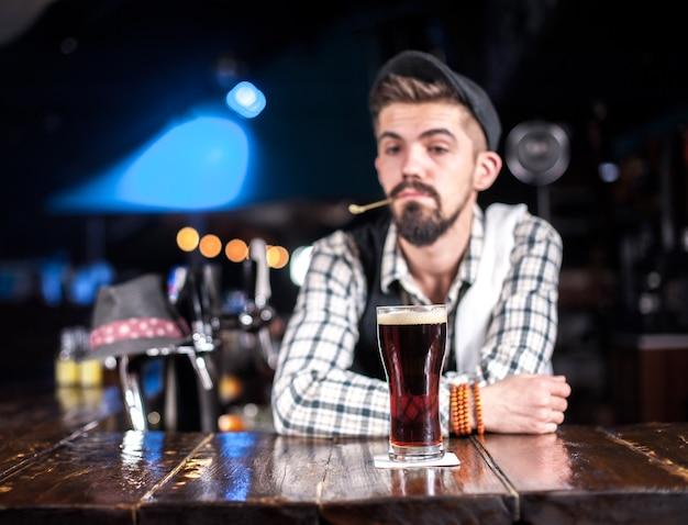 El barman barbudo sorprende con su barra de habilidades a los visitantes en el bar.