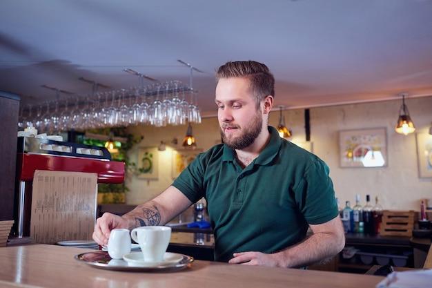 Barman barista haciendo cócteles de té de café en el bar.
