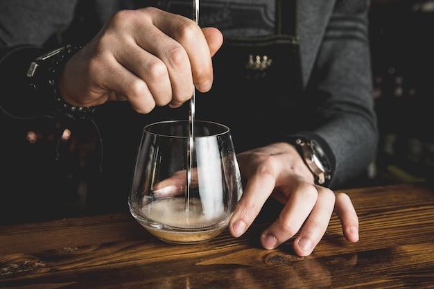 Barman con un cóctel