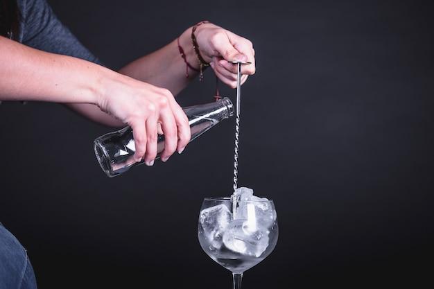 Barman y cóctel