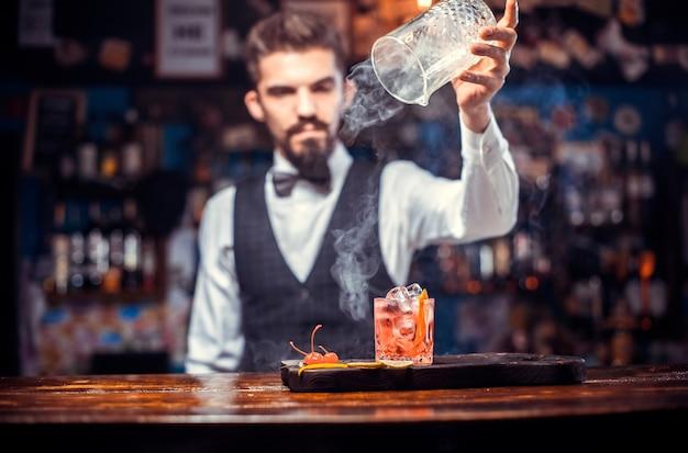 Barman hace un cóctel en la cervecería.
