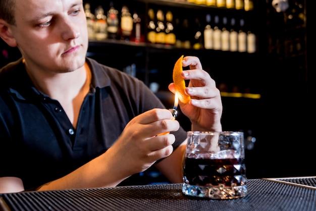El barman está haciendo un cóctel en la barra del bar. cócteles frescos barman en el trabajo.