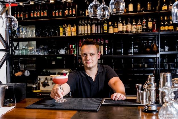 El barman está haciendo un cóctel en la barra del bar. cócteles frescos